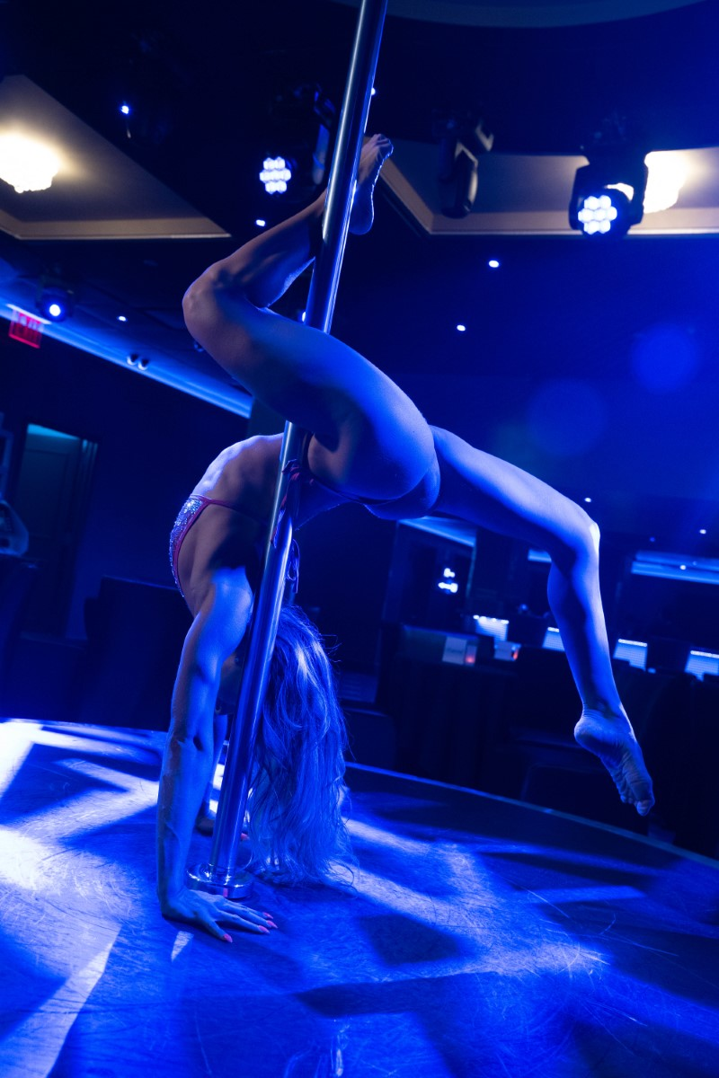 image of sexy entertainer on the pole at Sapphire NYC